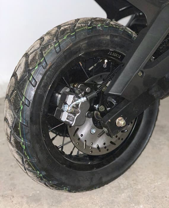 Заднее колесо электрического мотоцикла Electrowin EMB-188 крупным планом