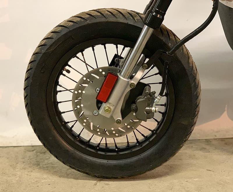 Переднее колесо с тормозами электрического мотоцикла Electrowin EMB-188 крупным планом