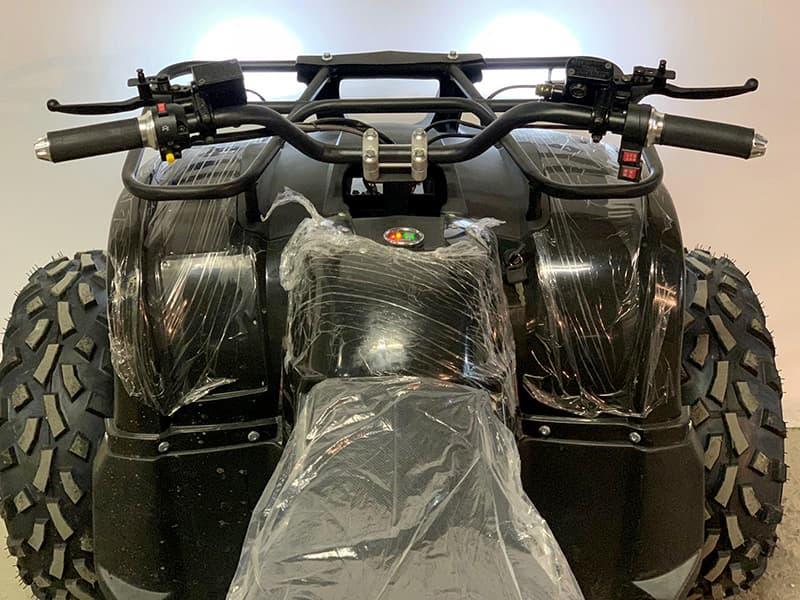 Руль и панель управления электроквадроцикла Electrowin EAT-122 с включенными фарами, вид с водительского кресла