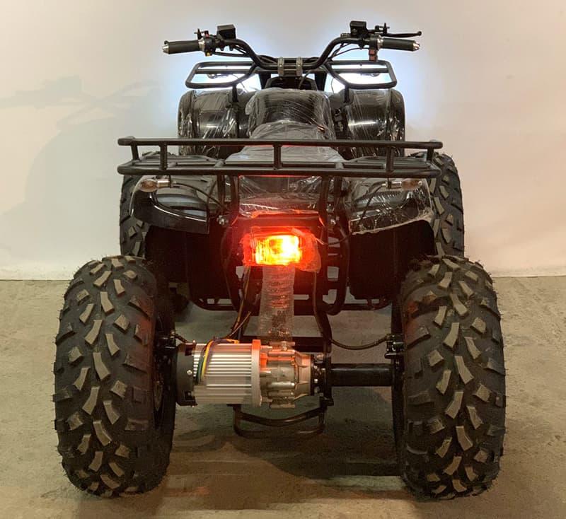 Черный электрический квадроцикл Electrowin EAT-122 со включенной фарой, вид сзади сверху