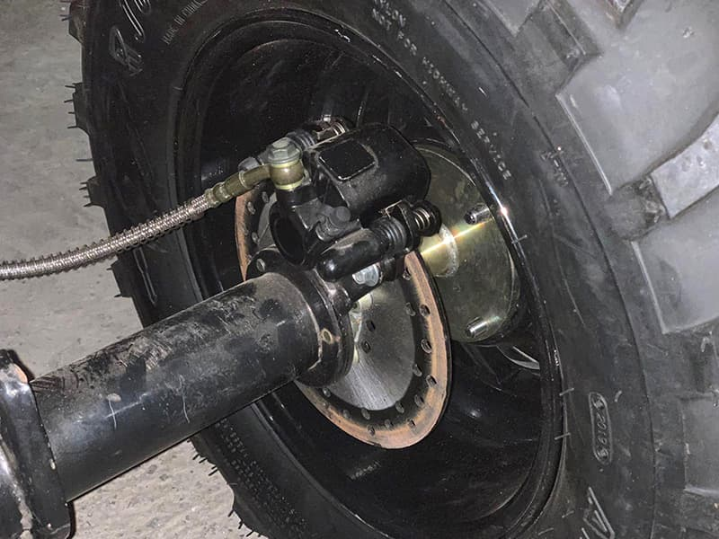 Тормоза на колесе электро квадроцикла Electrowin EAT-122 крупным планом