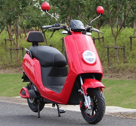 Электрический скутер Electrowin ECW-B2 красный, вид справа спереди на шоссе