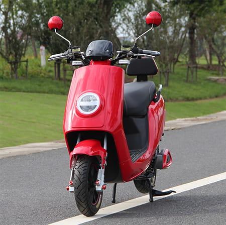 Электрический скутер Electrowin ECW-B2 красный, вид слева спереди на шоссе
