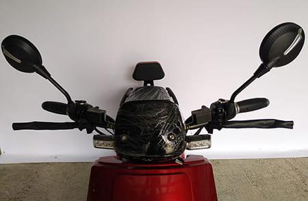 Электроскутер Electrowin ECW-B2 красный, вид руля спереди