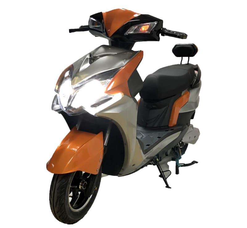Оранжевый электроскутер Electrowin EM-2200 с включенными фарами