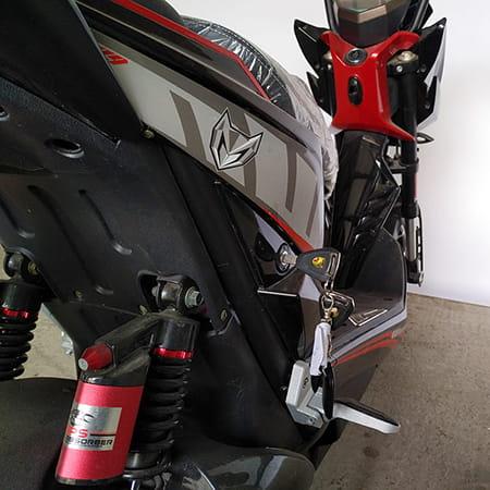 Электроскутер Electrowin EM-2250, черно-красный, правое крыло