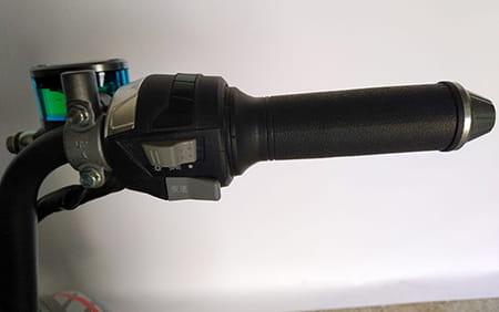 Электроскутер Electrowin EM-2250, элементы управления на правой стороне руля