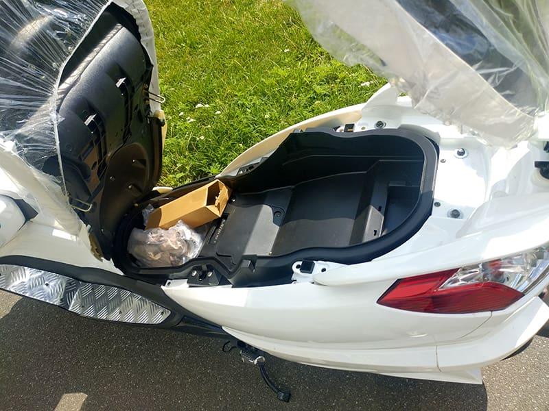 Открытое багажное отделение под передним креслом макси электроскутера Electrowin T-3 Maxi сблизка