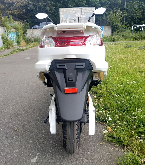 Белый электрический макси скутер Electrowin T-3 Maxi. Вид сзади