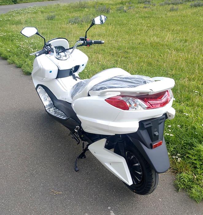 Белый электрический макси скутер Electrowin T-3 Maxi. Вид сзади слева