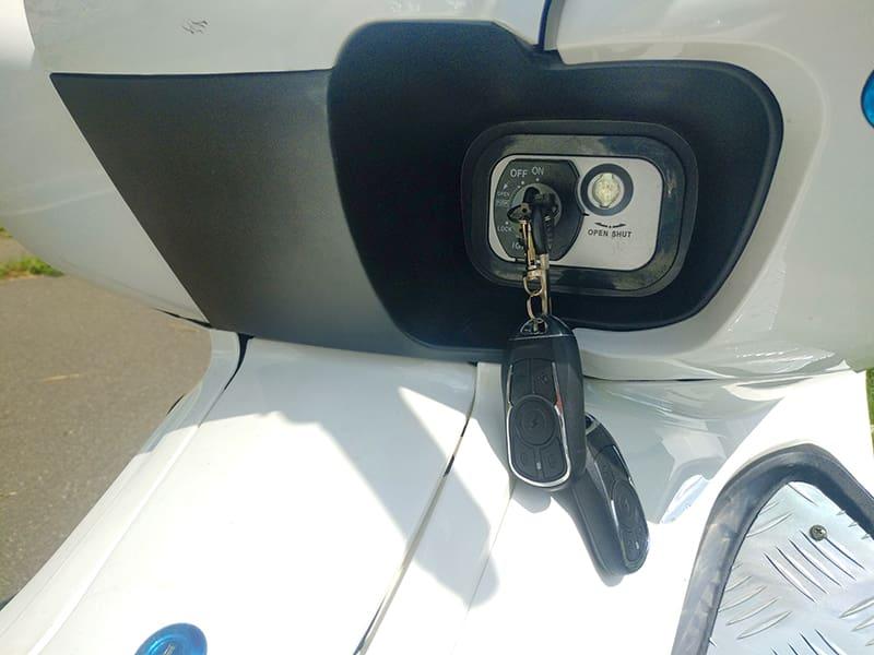 Ключ в замке включения/зажигания электрического макси-скутера Electrowin T-3 Maxi белого цвета