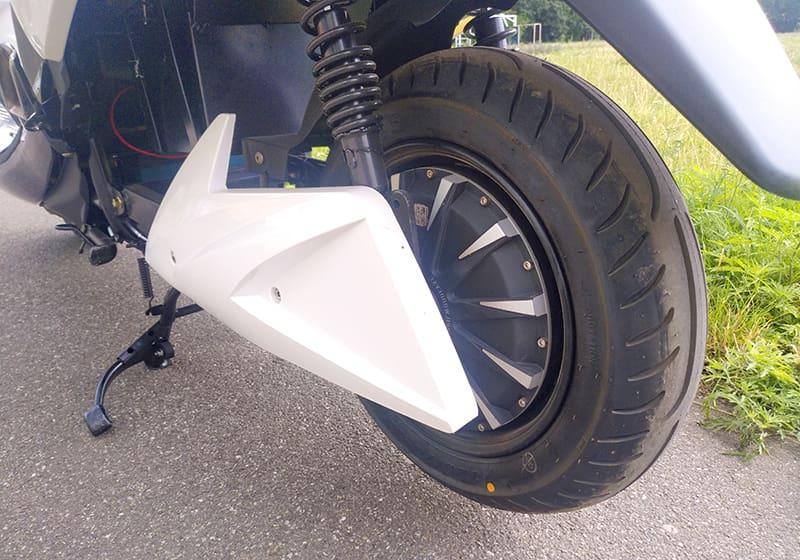 Заднее колесо электрического макси-скутера Electrowin T-3 Maxi, вид сзади слева