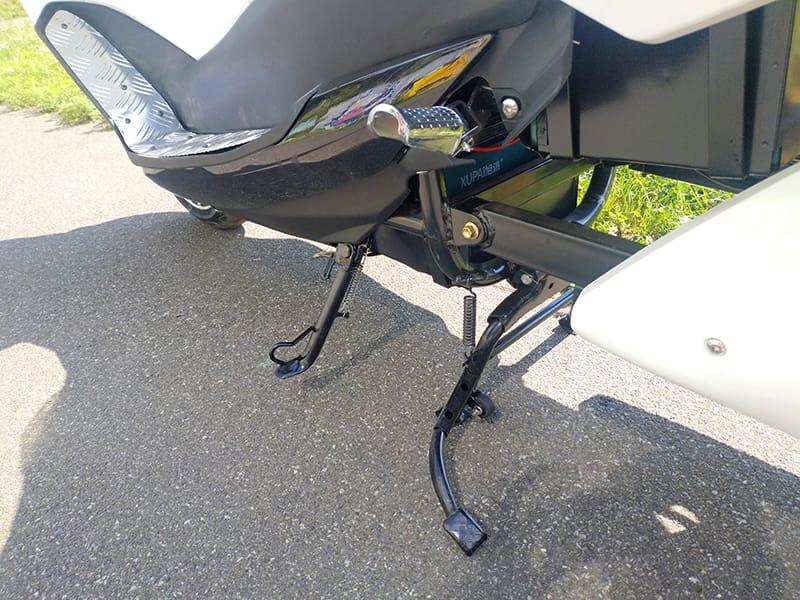 Боковая подножка электрического макси-скутера Electrowin T-3 Maxi, вид сзади
