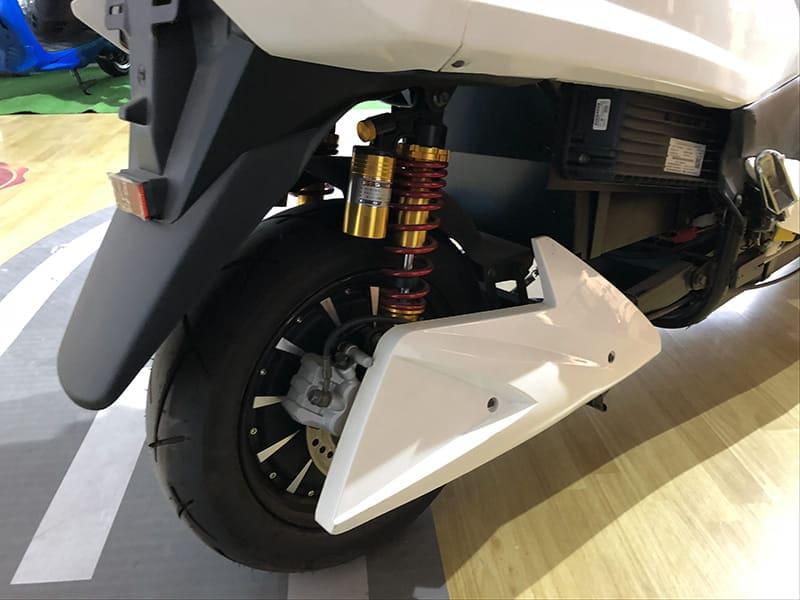 Заднее колесо с электродвигателем белого макси электроскутера Electrowin T-3 Maxi