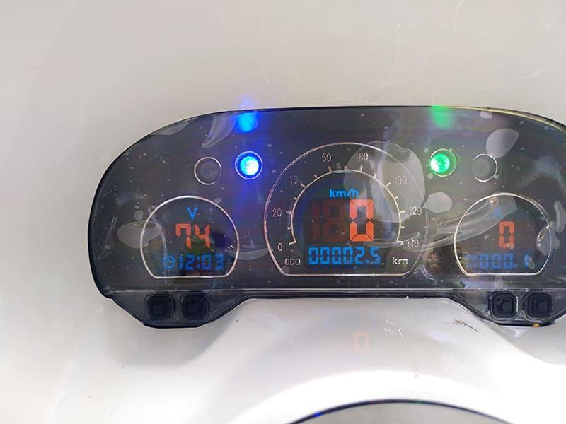 Информационный экран панели управления электрического макси-скутера Electrowin T-3 Maxi