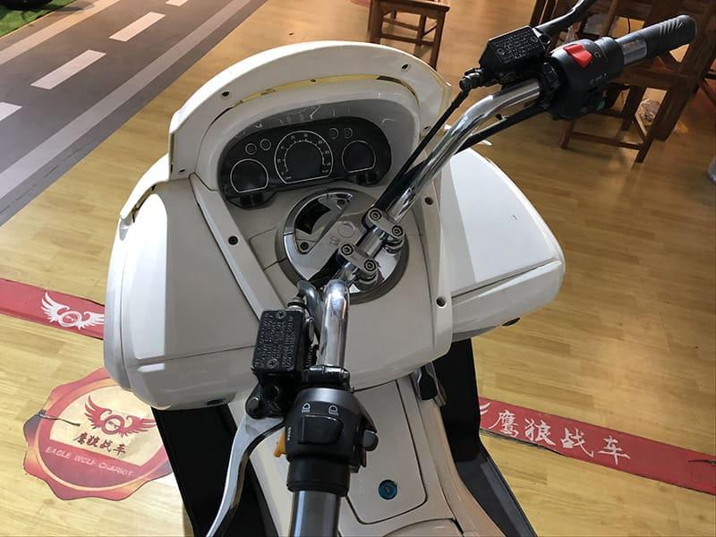 Руль и панель управления белого макси электроскутера Electrowin T-3 Maxi. Вид с водительского места