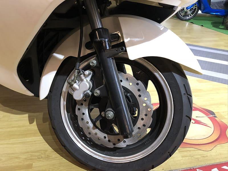 Переднее колесо белого макси электроскутера Electrowin T-3 Maxi