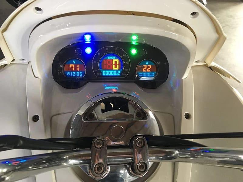 Включенная информационная панель белого макси электроскутера Electrowin T-3 Maxi