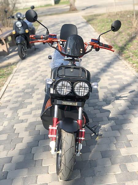 Оранжево-черный электрический скутер Electrowin ZUMA, вид спереди
