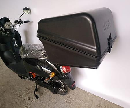 Электроскутер Electrowin EM-2160, черный, с багажником для пиццы, вид сзади слева