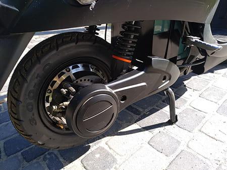 Электроскутер Electrowin EM-2160, черный, заднее колесо. Фото