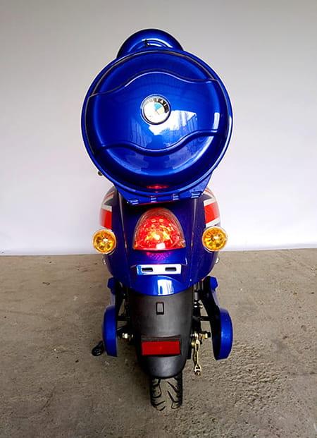 Электрический скутер Electrowin EM-2160, цвета британского флага, вид сзади
