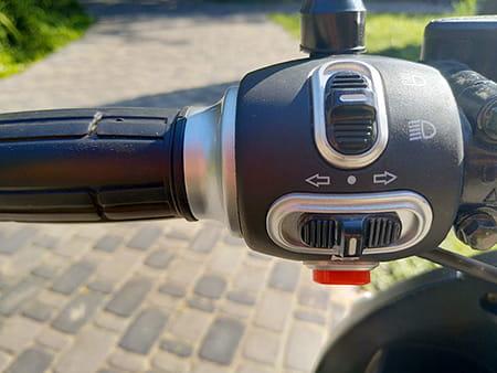 Электроскутер Electrowin EM-2160, элементы управления на руле слева от водителя
