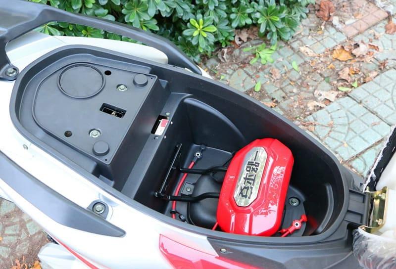 Электроскутер Electrowin EM-2200, красный. Багажник для зарядного устройства