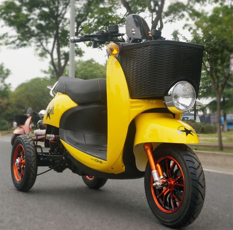 Желтый трехколесный электрический скутер Electrowin ES-134, правый полупрофиль