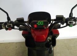 Электроскутер Electrowin ECW-B2 красный, взгляд с позиции водителя