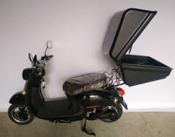 Электроскутер Electrowin EM-2160, черный, с открытым багажником для пиццы, вид сбоку