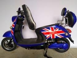 Электроскутер Electrowin EM-2160, цвета британского флага, с открытым багажником под сидением