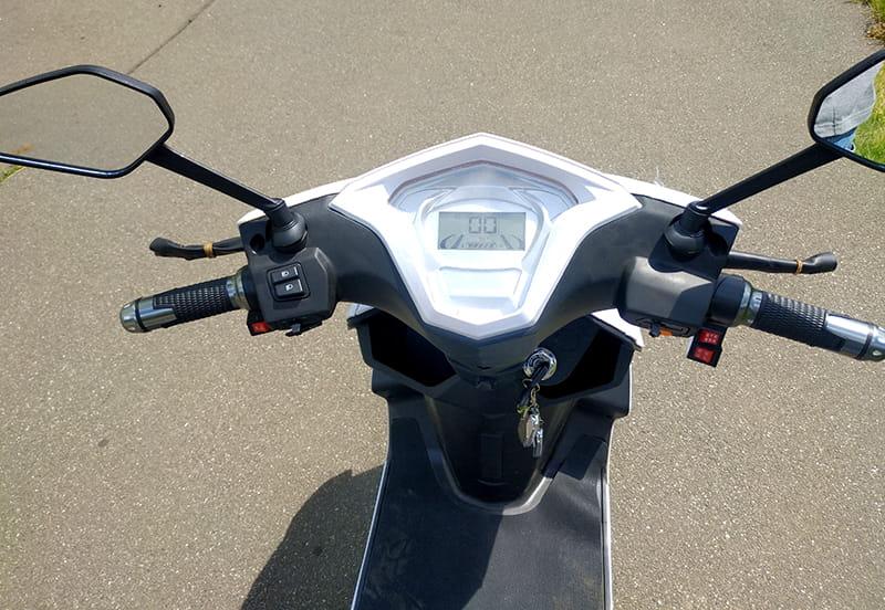 Панель управления с рулем и зеркалами заднего вида трехколесного электроскутера Electrowin EM-2100