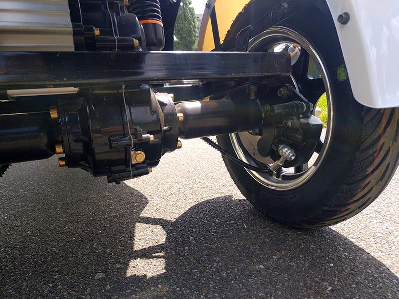 Электродвигатель на оси и заднее колесо трехколесного электроскутера Electrowin EM-2100