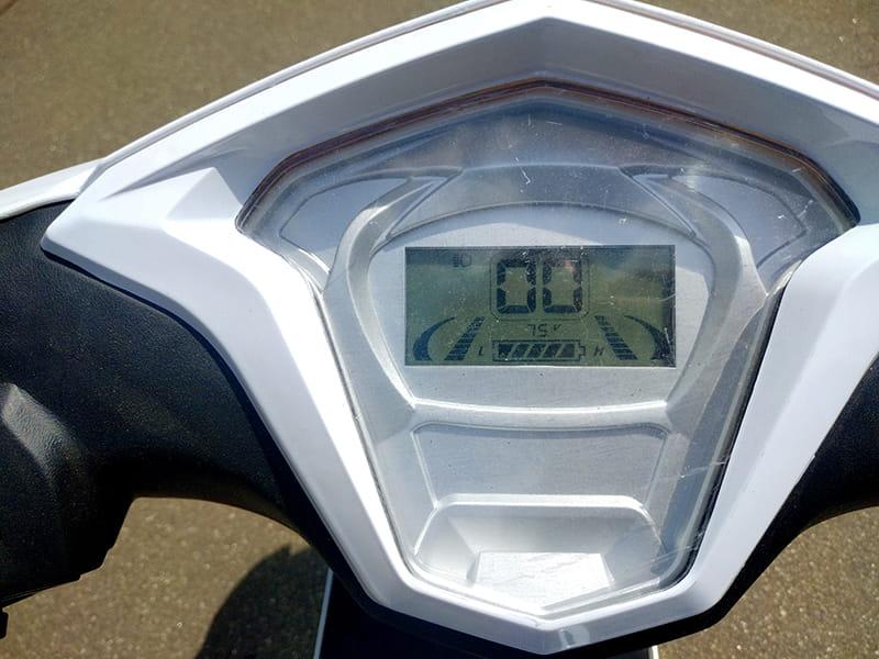Информационный экран на панели управления трехколесного электроскутера Electrowin EM-2100