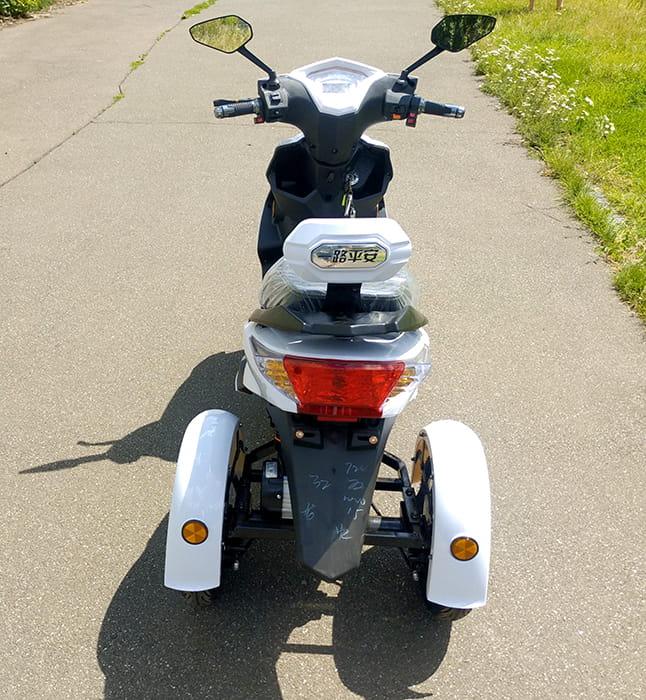 Белый электротрицикл Electrowin EM-2100, вид сзади сверху