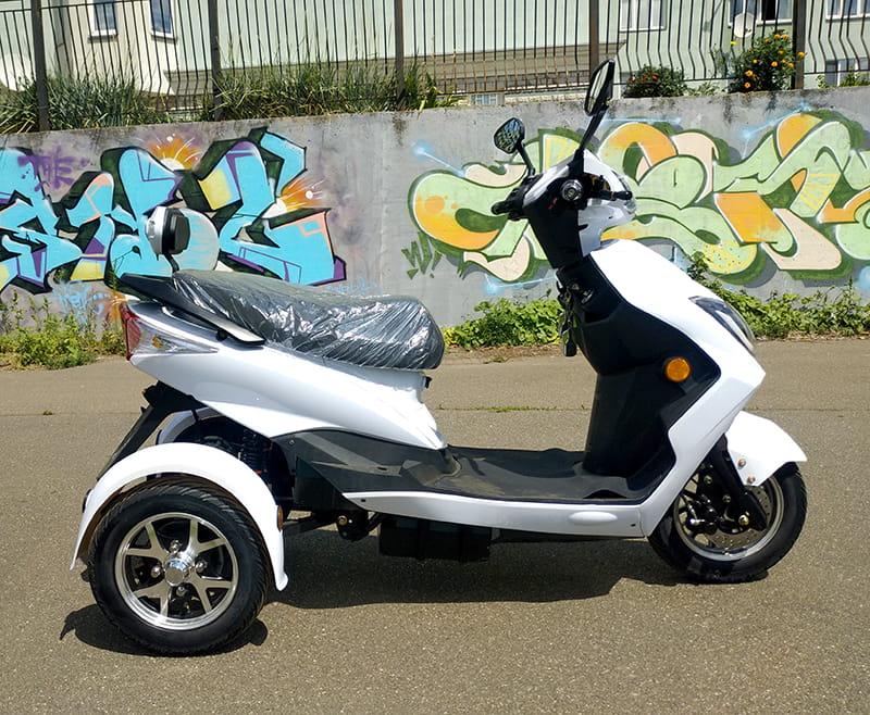 Белый электротрицикл Electrowin EM-2100, правый профиль