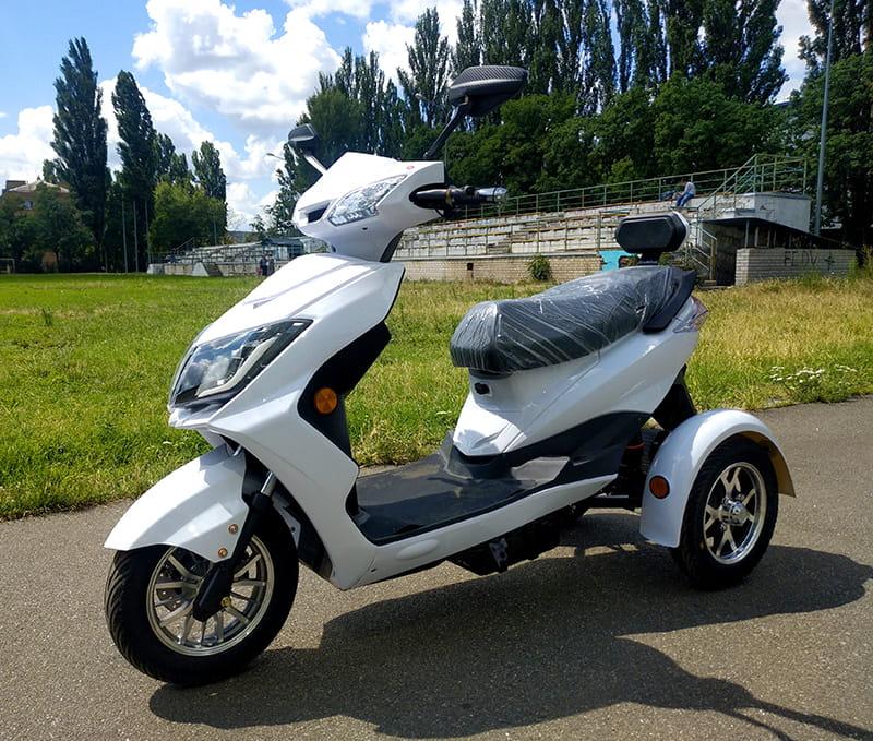 Белый трехколесный электрический скутер Electrowin EM-2100, вид слева спереди