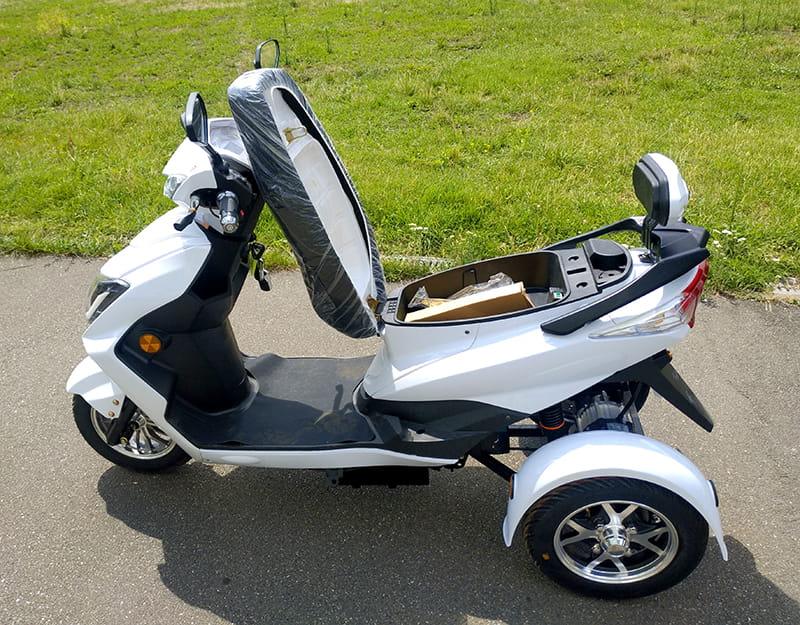 Белый Electrowin EM-2100 с открытым багажником