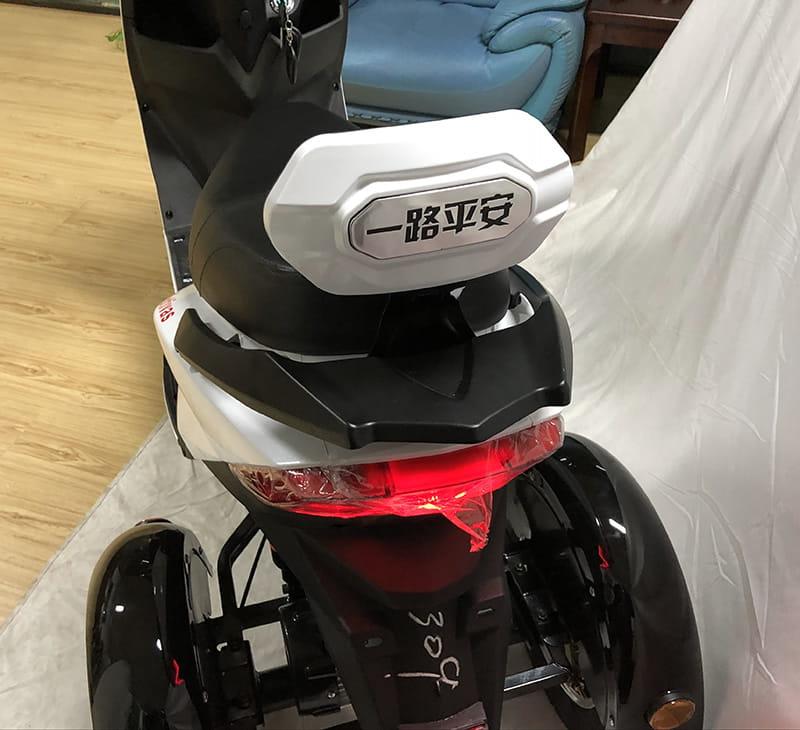 Задняя фара, задняя подвеска и спинка сидения трехколесного электроскутера Electrowin EM-2100 крупным планом