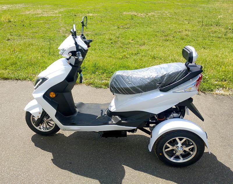 Белый электротрицикл Electrowin EM-2100, левый профиль