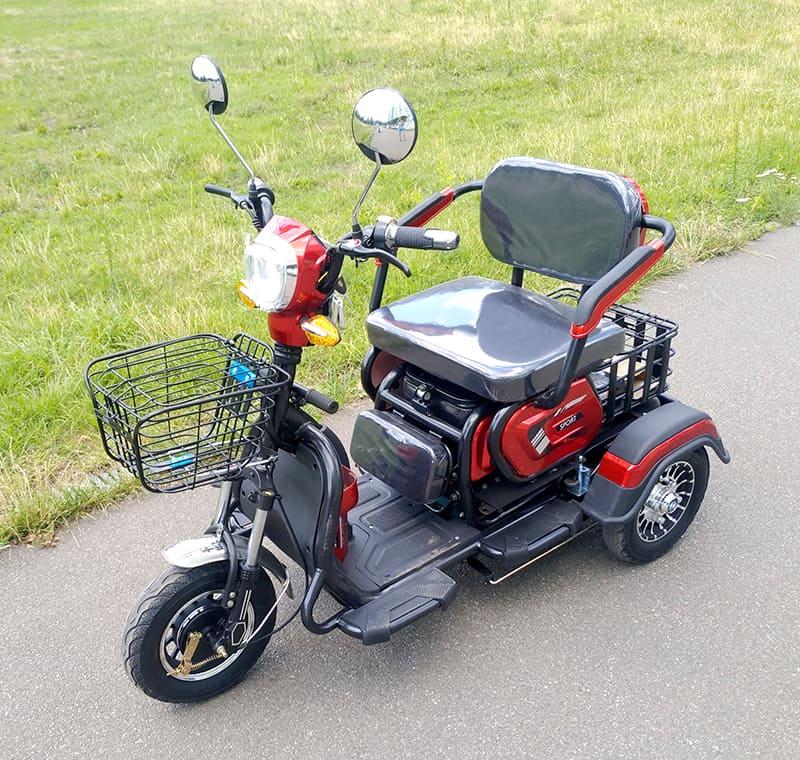 Красно-черный электротрицикл Electrowin ETB-122, вид спереди слева