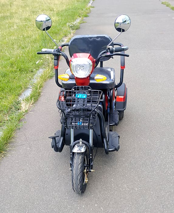 Электрический трицикл Electrowin ETB-122, красно-черный, вид спереди