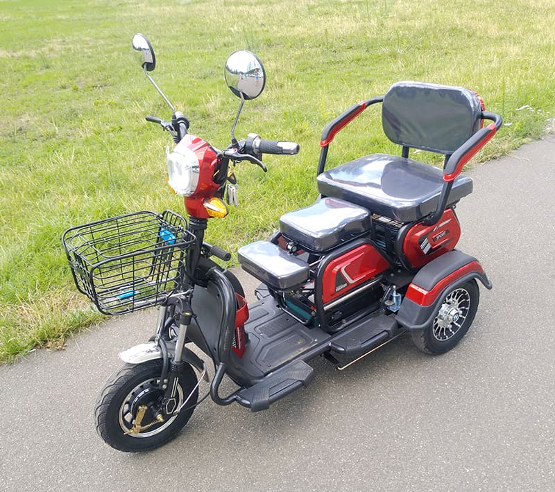 Электрический трицикл Electrowin ETB-122, красно-черный, вид спереди слева сверху