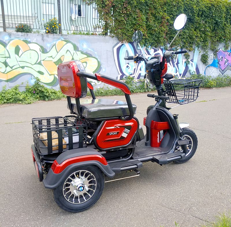 Красно-черный электротрицикл Electrowin ETB-122, вид справа сзади