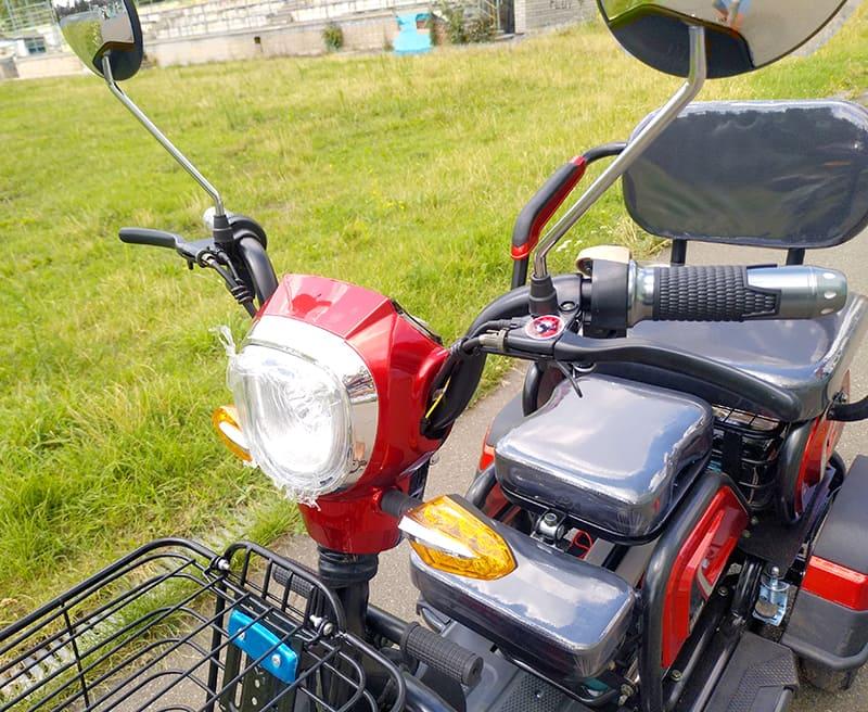 Руль и передняя фара трехколесного электроскутера Electrowin ETB-122