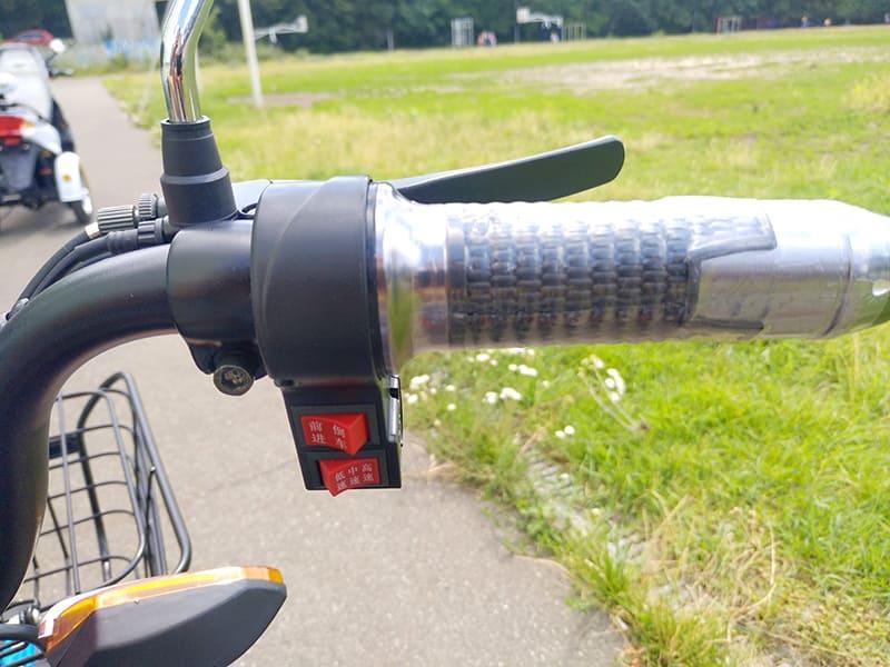 Элементы управления на правой стороне руля трехколесного электроскутера Electrowin ETB-122