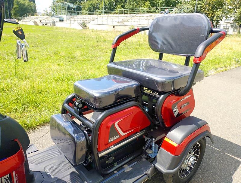 Два разложенных сидения электротрицикла Electrowin ETB-122, третье сложено