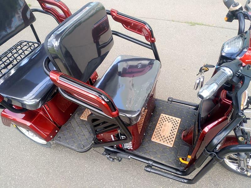 Трехколесный электроскутер Electrowin TES-121, переднее сидение и место для ног