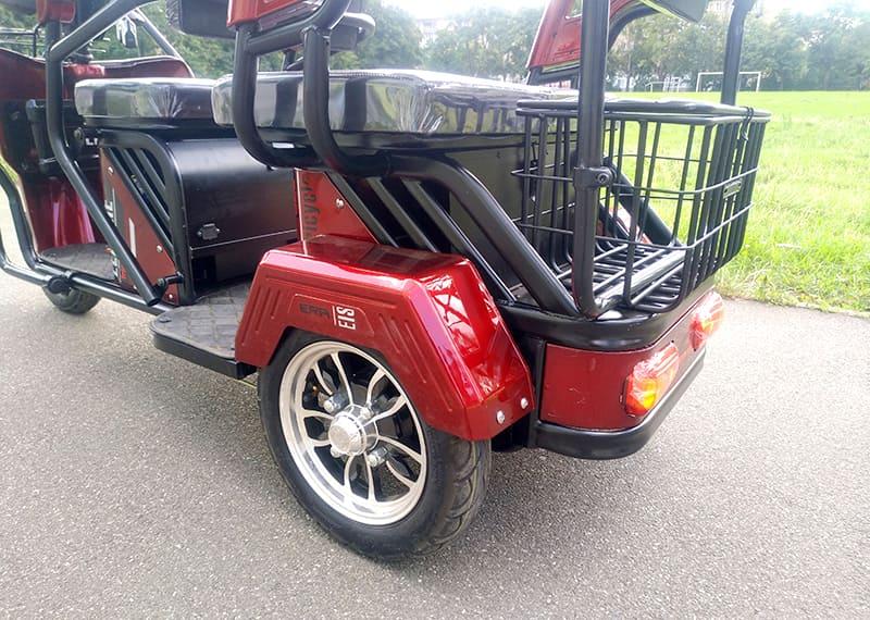 Electrowin TES-121, красный, задний багажник и колесо крупным планом